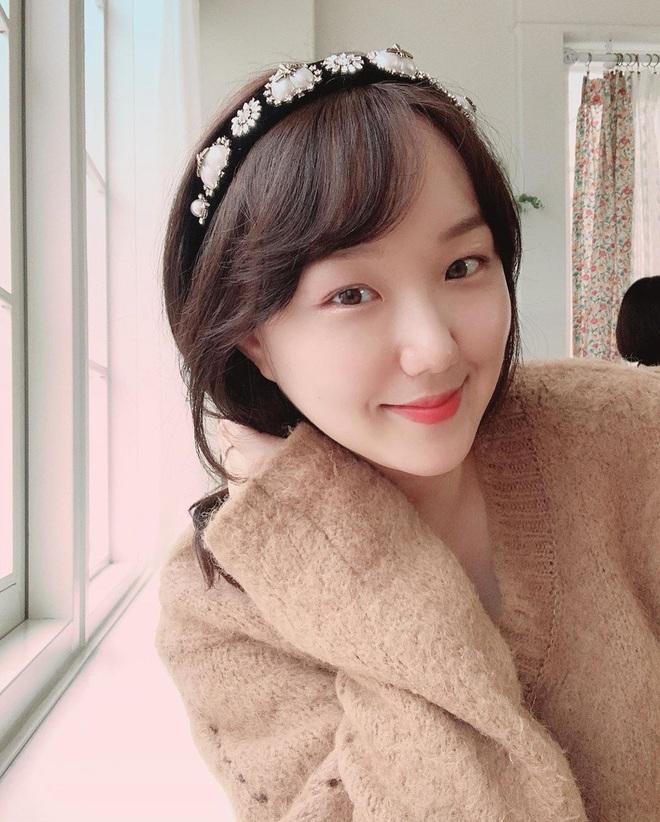 """Từ Jennie, Jessica đến Hà Tăng đều đang diện bờm nhung, đây chính là món phụ kiện """"chanh sả"""" bạn cần sắm nhất Đông này - ảnh 10"""