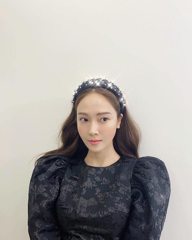 """Từ Jennie, Jessica đến Hà Tăng đều đang diện bờm nhung, đây chính là món phụ kiện """"chanh sả"""" bạn cần sắm nhất Đông này - ảnh 3"""