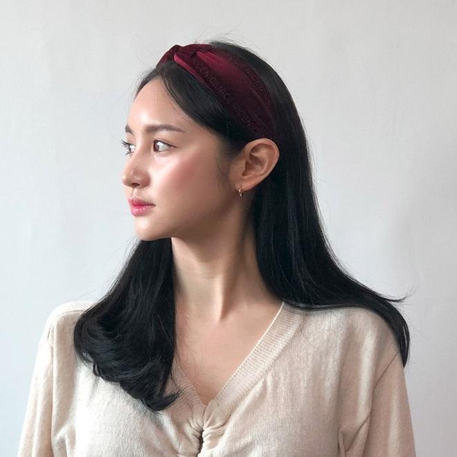 """Từ Jennie, Jessica đến Hà Tăng đều đang diện bờm nhung, đây chính là món phụ kiện """"chanh sả"""" bạn cần sắm nhất Đông này - ảnh 11"""