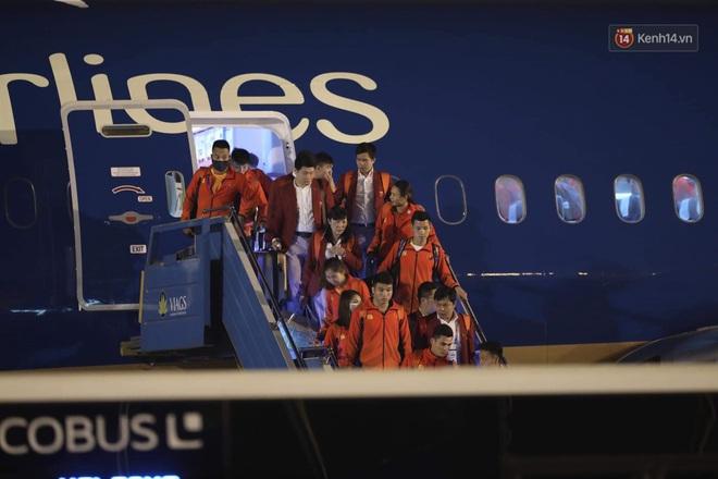 Khoảnh khắc đáng yêu: HLV Park Hang-seo cười tươi, vẫy tay chào người hâm mộ từ xe buýt rời SB Nội Bài - ảnh 7