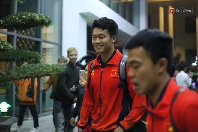 Các cầu thủ trở về nhà khách sau khi dùng bữa cơm thân mật cùng Thủ tướng, mệt nhoài nhưng ai cũng cười tươi - ảnh 14
