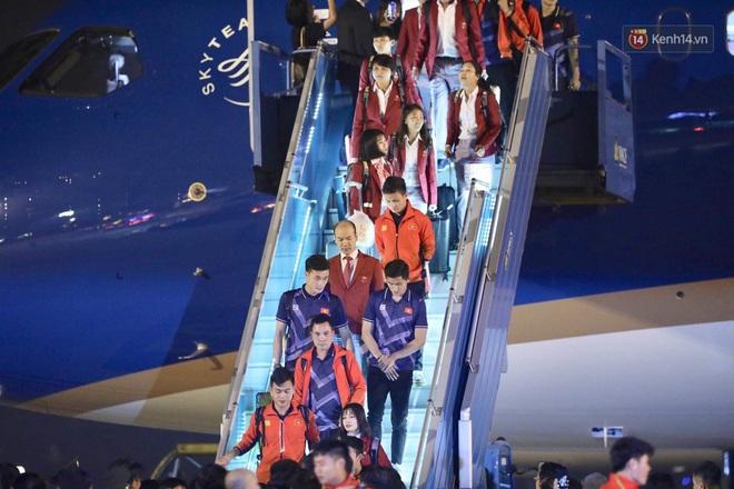 Khoảnh khắc đáng yêu: HLV Park Hang-seo cười tươi, vẫy tay chào người hâm mộ từ xe buýt rời SB Nội Bài - ảnh 5
