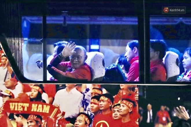 Khoảnh khắc đáng yêu: HLV Park Hang-seo cười tươi, vẫy tay chào người hâm mộ từ xe buýt rời SB Nội Bài - ảnh 2