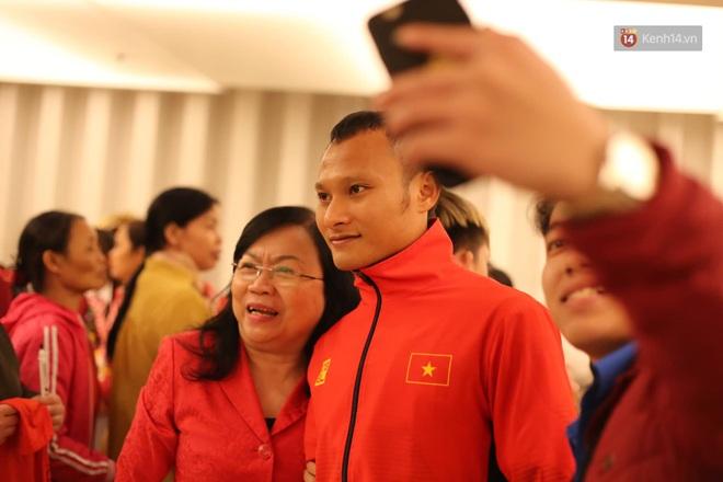 Các cầu thủ trở về nhà khách sau khi dùng bữa cơm thân mật cùng Thủ tướng, mệt nhoài nhưng ai cũng cười tươi - ảnh 11