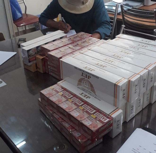 Chủ tiệm tạp hoá cùng người làm công vận chuyển mua bán 73 cây thuốc lá lậu  bị phạt 110 triệu đồng - ảnh 1