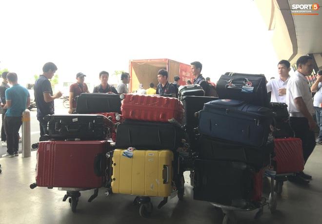 Đội U22 và tuyển nữ Việt Nam hoàn thành xong thủ tục, lên máy bay trở về nước - Ảnh 17.