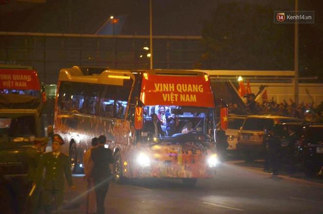 Khoảnh khắc đáng yêu: HLV Park Hang-seo cười tươi, vẫy tay chào người hâm mộ từ xe buýt rời SB Nội Bài - ảnh 1