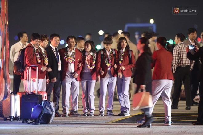 Khoảnh khắc đáng yêu: HLV Park Hang-seo cười tươi, vẫy tay chào người hâm mộ từ xe buýt rời SB Nội Bài - ảnh 6