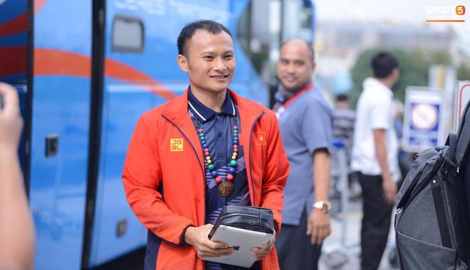 Đội U22 và tuyển nữ Việt Nam hoàn thành xong thủ tục, lên máy bay trở về nước - Ảnh 10.