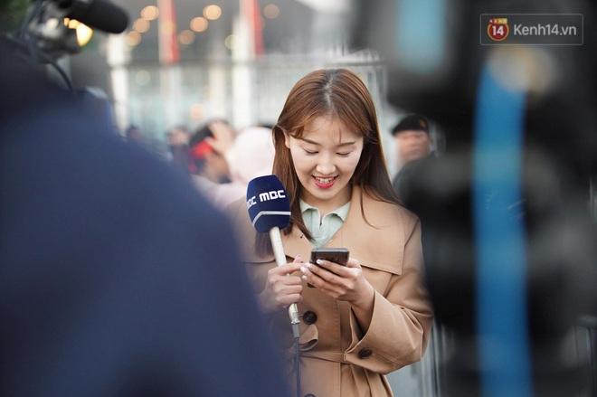 Nữ phóng viên xinh đẹp của đài MBC Hàn Quốc chiếm spotlight khi đưa tin trực tiếp về đoàn thể thao Việt Nam tại sân bay Nội Bài - ảnh 1