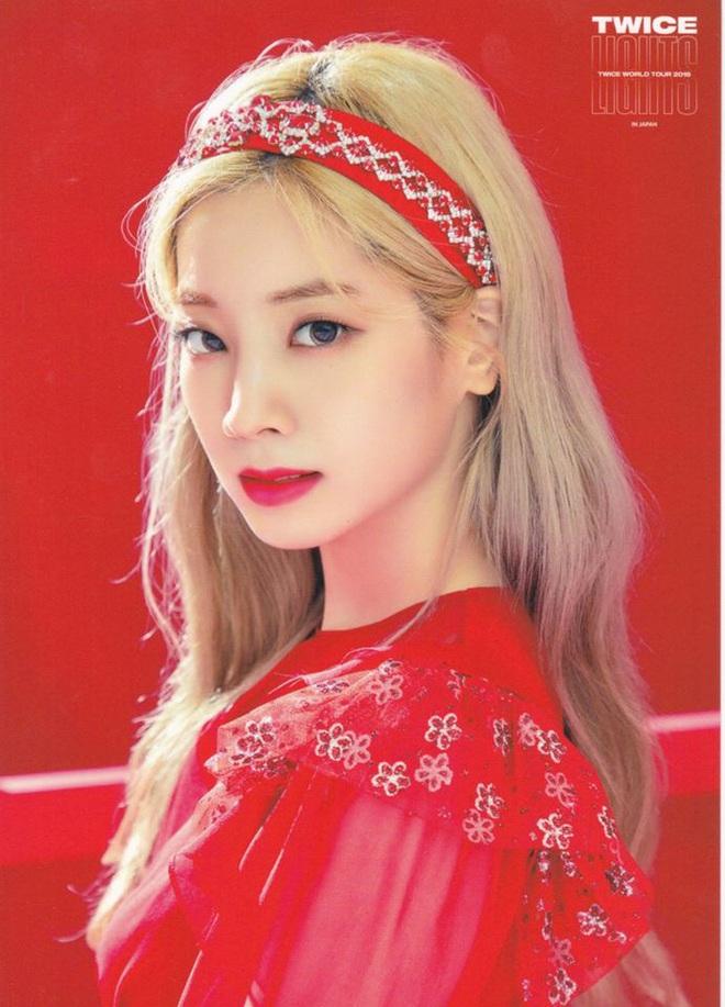 """Từ Jennie, Jessica đến Hà Tăng đều đang diện bờm nhung, đây chính là món phụ kiện """"chanh sả"""" bạn cần sắm nhất Đông này - ảnh 8"""