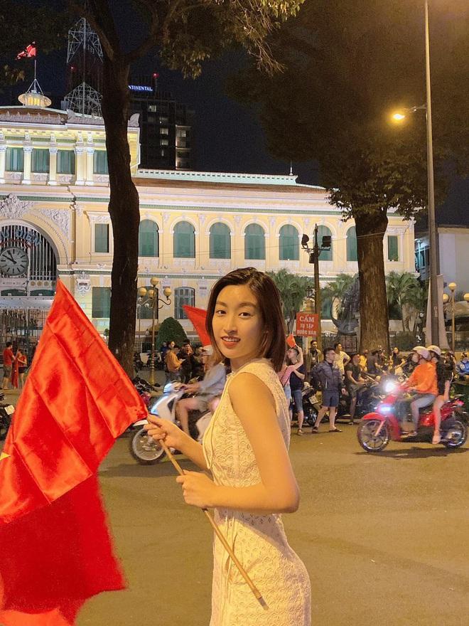 Đẳng cấp nhan sắc của dàn Hoa hậu Vbiz đi bão: Không váy áo lụa là, cầm cờ đỏ sao vàng thôi đã xinh xuất sắc - Ảnh 2.
