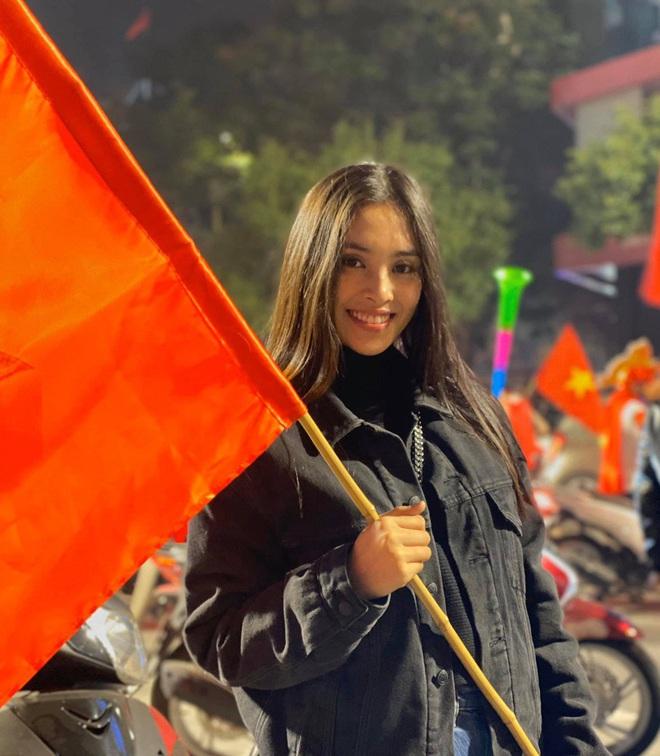 Đẳng cấp nhan sắc của dàn Hoa hậu Vbiz đi bão: Không váy áo lụa là, cầm cờ đỏ sao vàng thôi đã xinh xuất sắc - Ảnh 4.