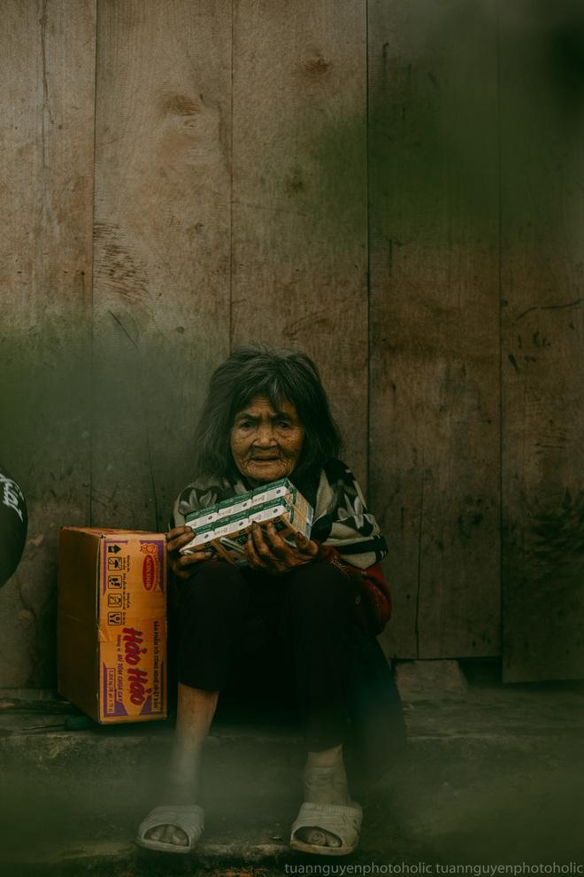 Dân mạng chia sẻ hình ảnh bé trai lấm lem, khóc nức nở khi nhận bánh mì từ thiện khiến nhiều người nghẹn ngào - ảnh 3