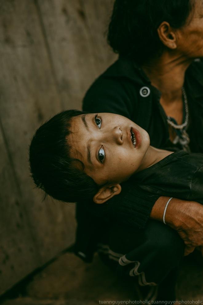 Dân mạng chia sẻ hình ảnh bé trai lấm lem, khóc nức nở khi nhận bánh mì từ thiện khiến nhiều người nghẹn ngào - ảnh 5