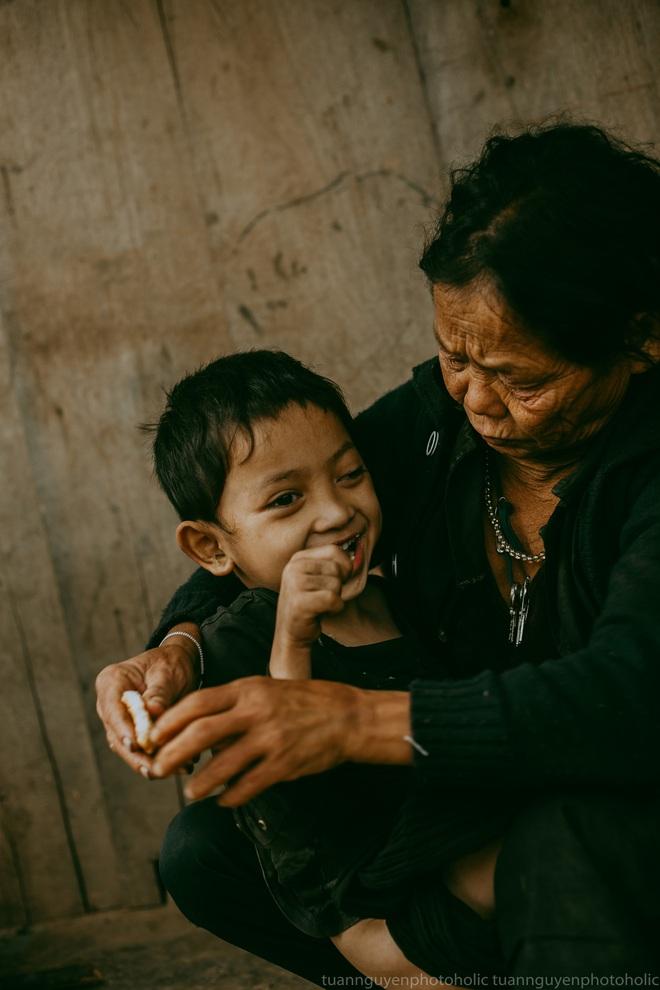 Dân mạng chia sẻ hình ảnh bé trai lấm lem, khóc nức nở khi nhận bánh mì từ thiện khiến nhiều người nghẹn ngào - ảnh 6