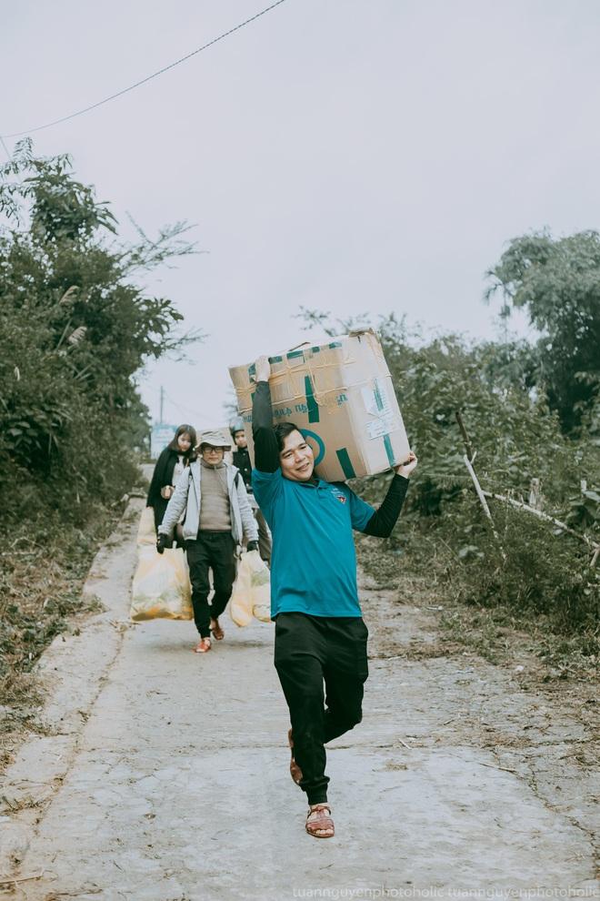 Dân mạng chia sẻ hình ảnh bé trai lấm lem, khóc nức nở khi nhận bánh mì từ thiện khiến nhiều người nghẹn ngào - ảnh 16