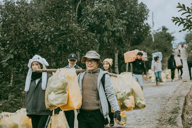 Dân mạng chia sẻ hình ảnh bé trai lấm lem, khóc nức nở khi nhận bánh mì từ thiện khiến nhiều người nghẹn ngào - ảnh 15