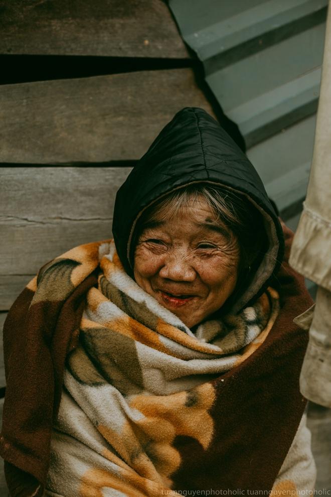 Dân mạng chia sẻ hình ảnh bé trai lấm lem, khóc nức nở khi nhận bánh mì từ thiện khiến nhiều người nghẹn ngào - ảnh 4