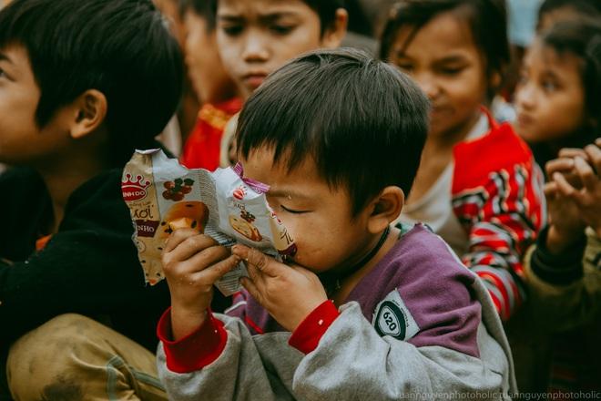 Dân mạng chia sẻ hình ảnh bé trai lấm lem, khóc nức nở khi nhận bánh mì từ thiện khiến nhiều người nghẹn ngào - ảnh 13