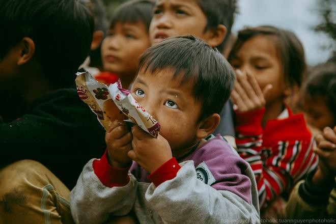 Dân mạng chia sẻ hình ảnh bé trai lấm lem, khóc nức nở khi nhận bánh mì từ thiện khiến nhiều người nghẹn ngào - ảnh 12