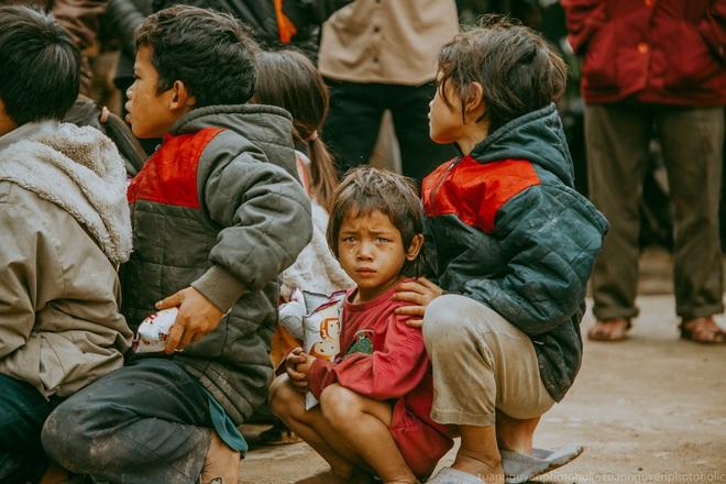 Dân mạng chia sẻ hình ảnh bé trai lấm lem, khóc nức nở khi nhận bánh mì từ thiện khiến nhiều người nghẹn ngào - ảnh 7