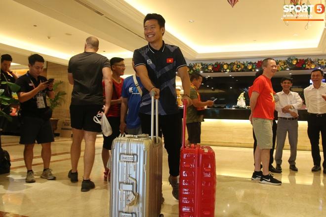 Đội U22 và tuyển nữ Việt Nam hoàn thành xong thủ tục, lên máy bay trở về nước - Ảnh 21.