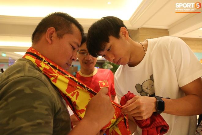 Xúc động cảnh Văn Hậu chia tay đồng đội, ở lại Philippines một mình - ảnh 13