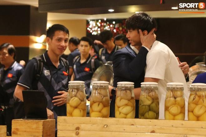 Xúc động cảnh Văn Hậu chia tay đồng đội, ở lại Philippines một mình - ảnh 9