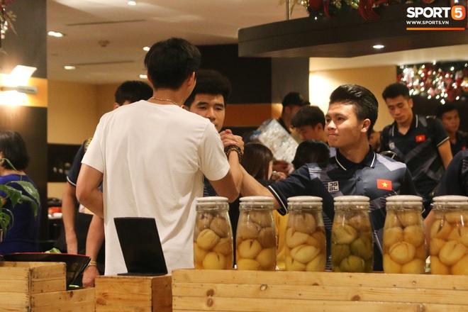 Xúc động cảnh Văn Hậu chia tay đồng đội, ở lại Philippines một mình - ảnh 3