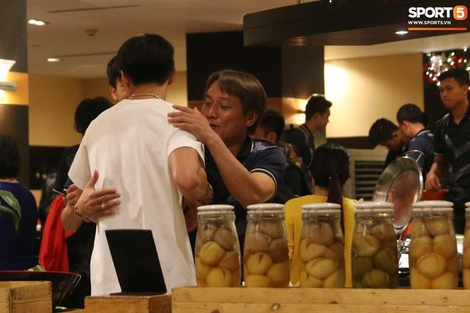Xúc động cảnh Văn Hậu chia tay đồng đội, ở lại Philippines một mình - ảnh 7