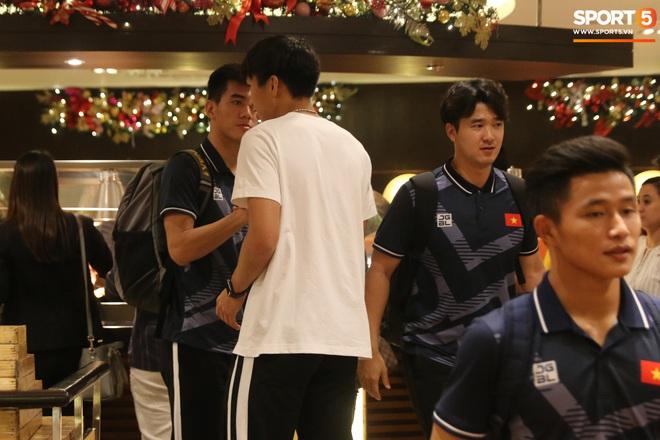 Xúc động cảnh Văn Hậu chia tay đồng đội, ở lại Philippines một mình - ảnh 5