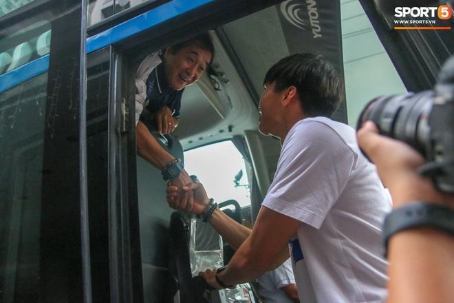 Xúc động cảnh Văn Hậu chia tay đồng đội, ở lại Philippines một mình - ảnh 11