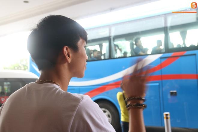 Xúc động cảnh Văn Hậu chia tay đồng đội, ở lại Philippines một mình - ảnh 10