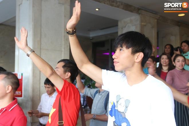 Xúc động cảnh Văn Hậu chia tay đồng đội, ở lại Philippines một mình - ảnh 12