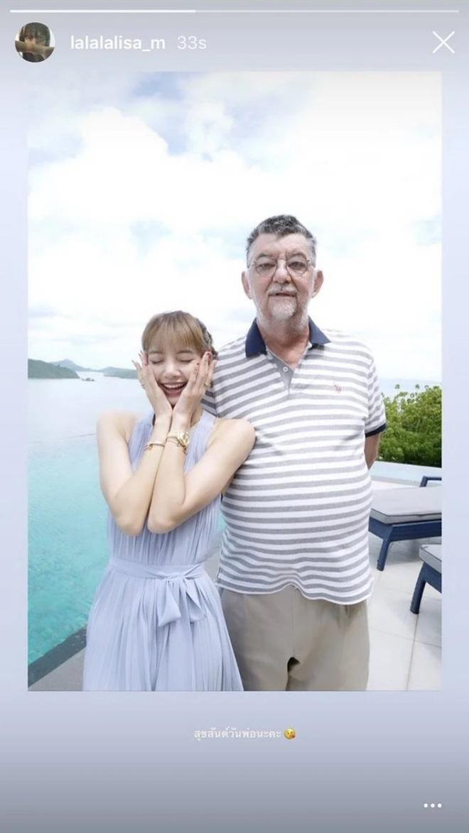 Mừng ngày của bố, Lisa (BLACKPINK) lần đầu tung ảnh chính thức bên người cha nổi tiếng thế giới - ảnh 1