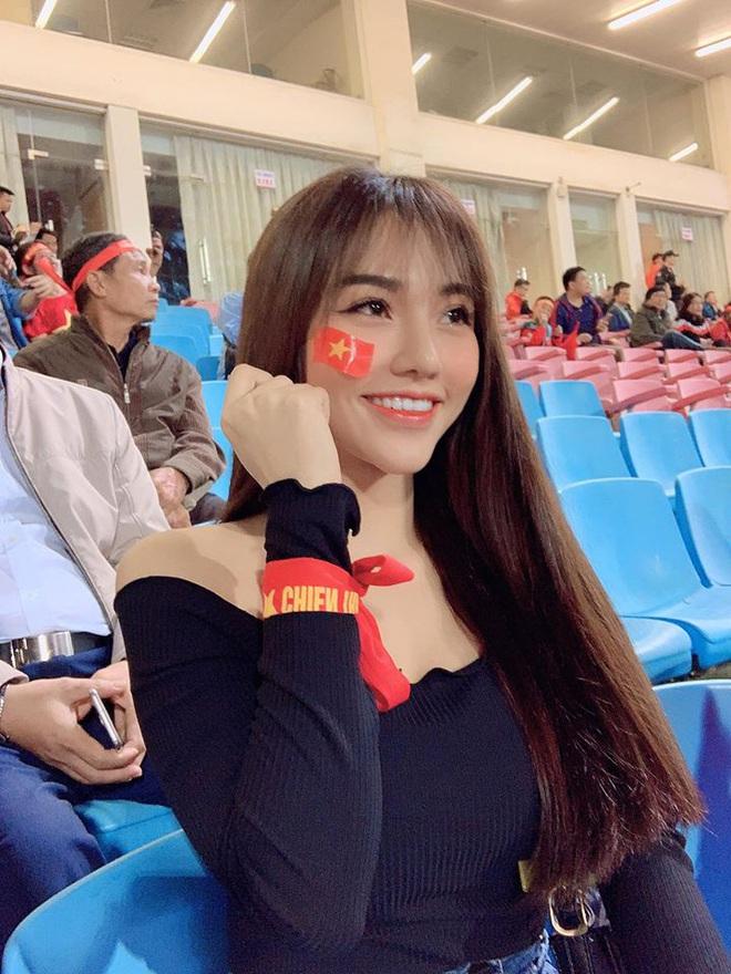 Chẳng riêng bạn gái Văn Hậu, người yêu của nam thần Hoàng Đức cũng chiếm spotlight khi ra sân cổ vũ bạn trai - ảnh 5