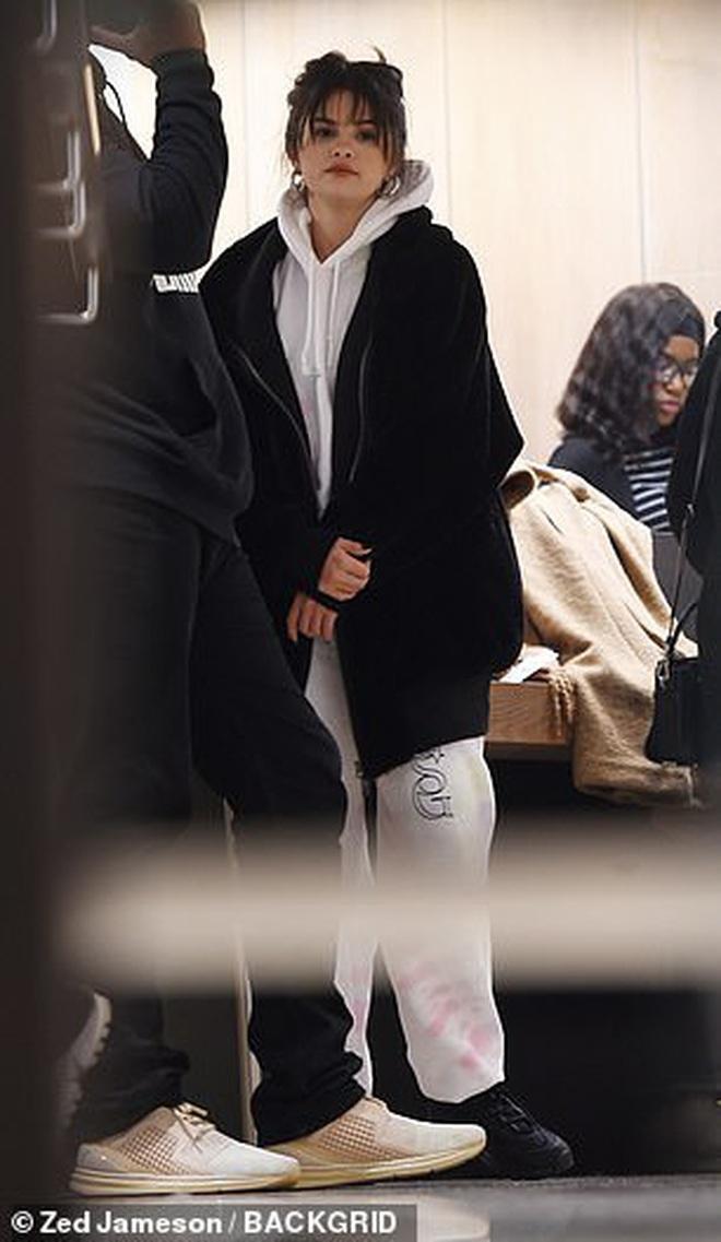 Lâu lắm mới lộ diện, Selena Gomez lại gây bão vì... nhìn kiểu gì vẫn đầy thu hút bất chấp mọi yếu tố dìm hàng - ảnh 6