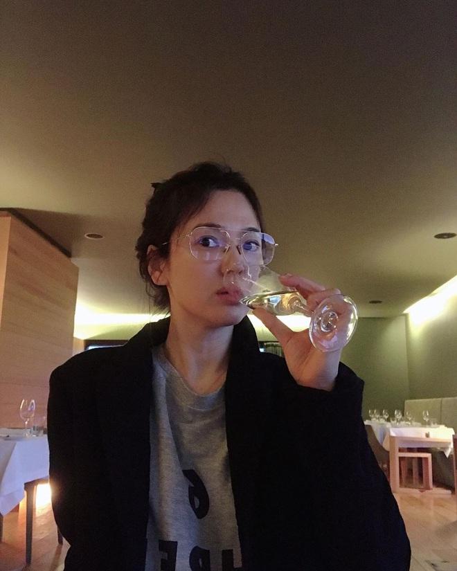 Song Hye Kyo lộ mặt mộc quá đỉnh qua ống kính bạn thân: Đẳng cấp visual không cần son phấn, photoshop là đây! - Ảnh 1.