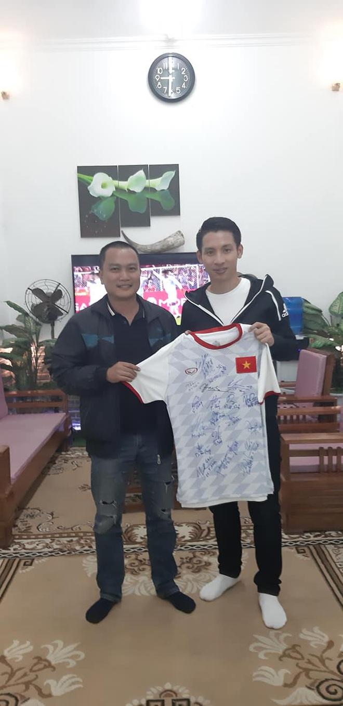 KTS Phạm Đình Quý đấu giá 2 chiếc áo của đội tuyển bóng đá nam nữ vô địch SEA Games 30 để gây quỹ xây trường vùng cao - ảnh 2