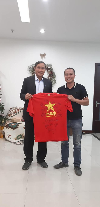 KTS Phạm Đình Quý đấu giá 2 chiếc áo của đội tuyển bóng đá nam nữ vô địch SEA Games 30 để gây quỹ xây trường vùng cao - ảnh 1