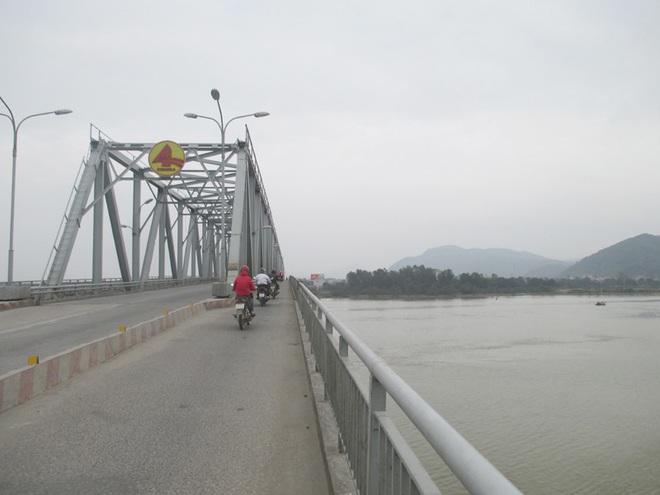 Vừa ly hôn với vợ, người đàn ông để lại xe máy trên cầu rồi nhảy xuống sông tự tử - ảnh 1