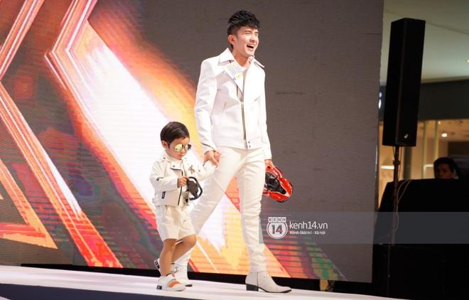 Quý tử nhà Đan Trường cực sành điệu, cùng bố đi catwalk chuyên nghiệp tại sự kiện đầu tiên ở Việt Nam - ảnh 4