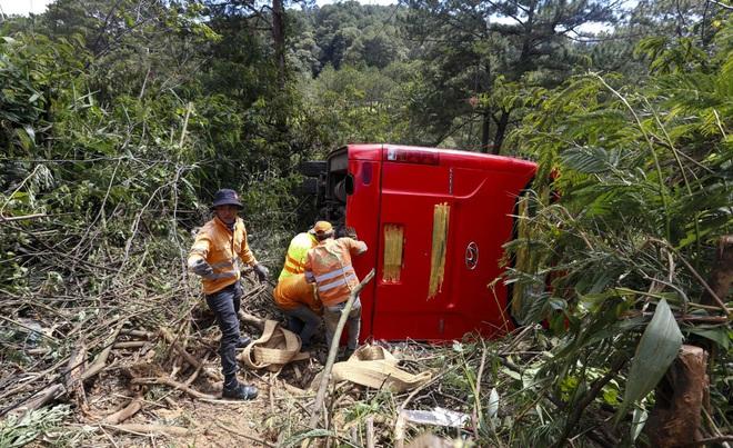 Xe khách lao xuống vực ở Đà Lạt, 15 người may mắn thoát nạn - ảnh 1