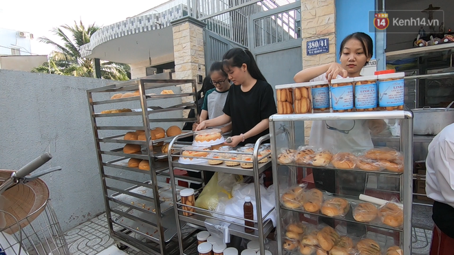 Tiệm bánh mì và shop quần áo 0 đồng ấm lòng người nghèo Sài Gòn - ảnh 2