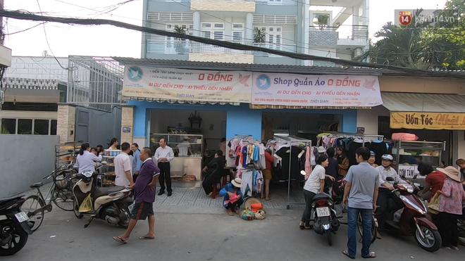Tiệm bánh mì và shop quần áo 0 đồng ấm lòng người nghèo Sài Gòn - ảnh 1