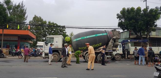Nam thanh niên chết thảm, shipper thất thần sau tai nạn liên hoàn giữa 2 xe máy và xe trộn bê tông - ảnh 4