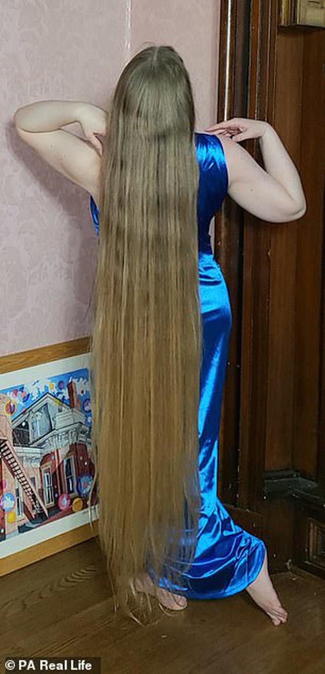 'Công chúa tóc mây' đời thực sở hữu mái vàng óc dài 1,5m, mỗi lần gội đầu mất 10 tiếng mới khô - ảnh 1