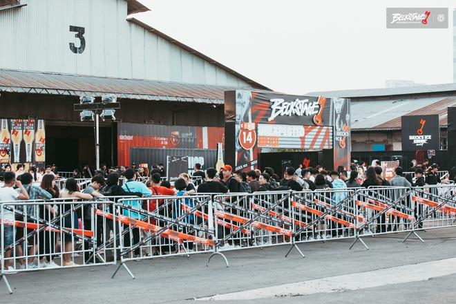 Bên trong sân khấu battle rap hình chìa khoá chất phát hờn, hàng nghìn bạn trẻ xếp hàng dài đón chờ Beck'Stage Unexpected Rap Fest - ảnh 5