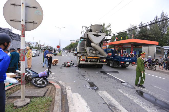 Nam thanh niên chết thảm, shipper thất thần sau tai nạn liên hoàn giữa 2 xe máy và xe trộn bê tông - ảnh 1